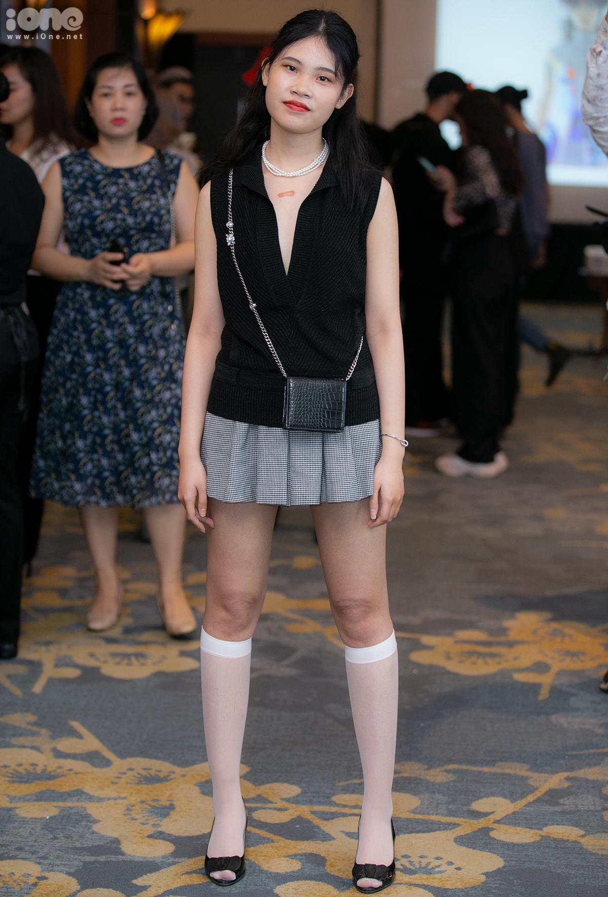 Ngân Chi có cảm hứng lên đồ kiểu vintage giống như nữ sinh trong phim Clueless đình đám hơn 15 năm trước. Áo len và chân váy kẻ đơn giản được cô bạn thêm độ chất bằng vòng cổ ngọc trai cùng tất trắng.