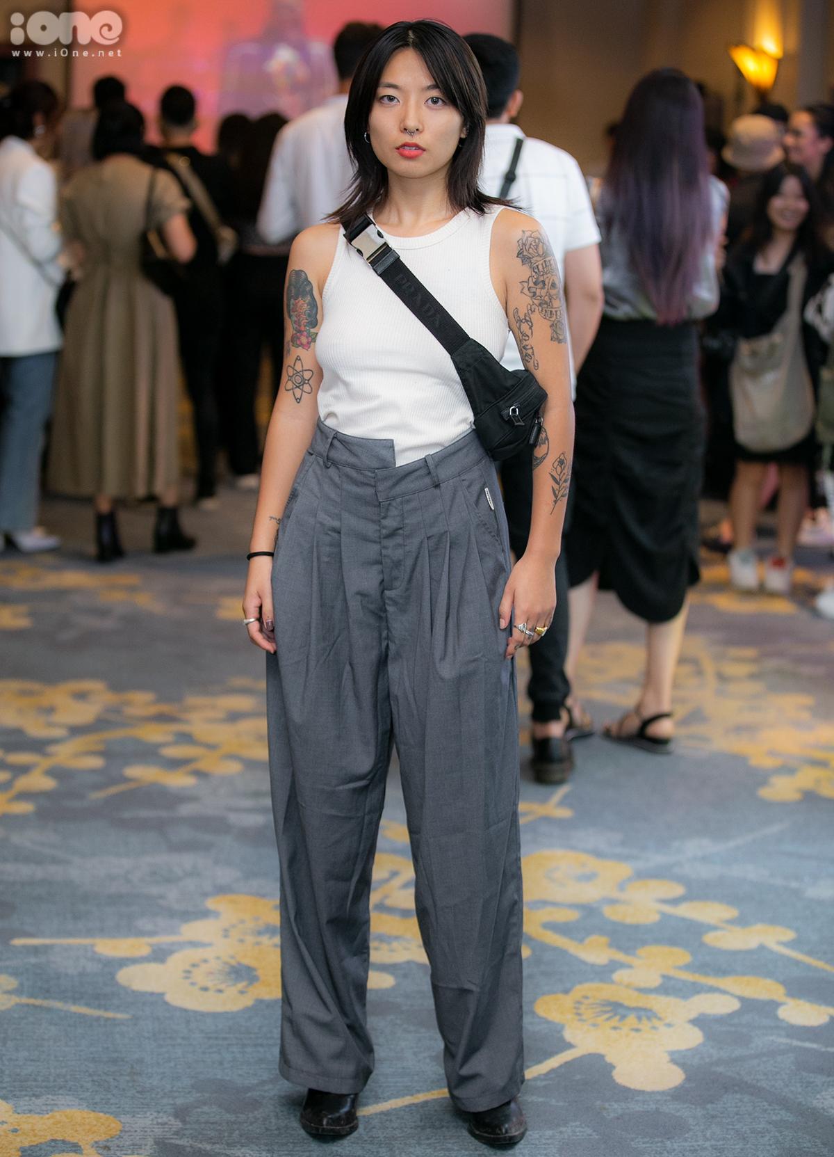 Wang lên đồ đơn giản nhưng vẫn ấn tượng nhờ kiểu quần cài lệch khuy. Những hình xăm trên tay là món trang sức giúp set đồ của cô thêm bắt mắt.