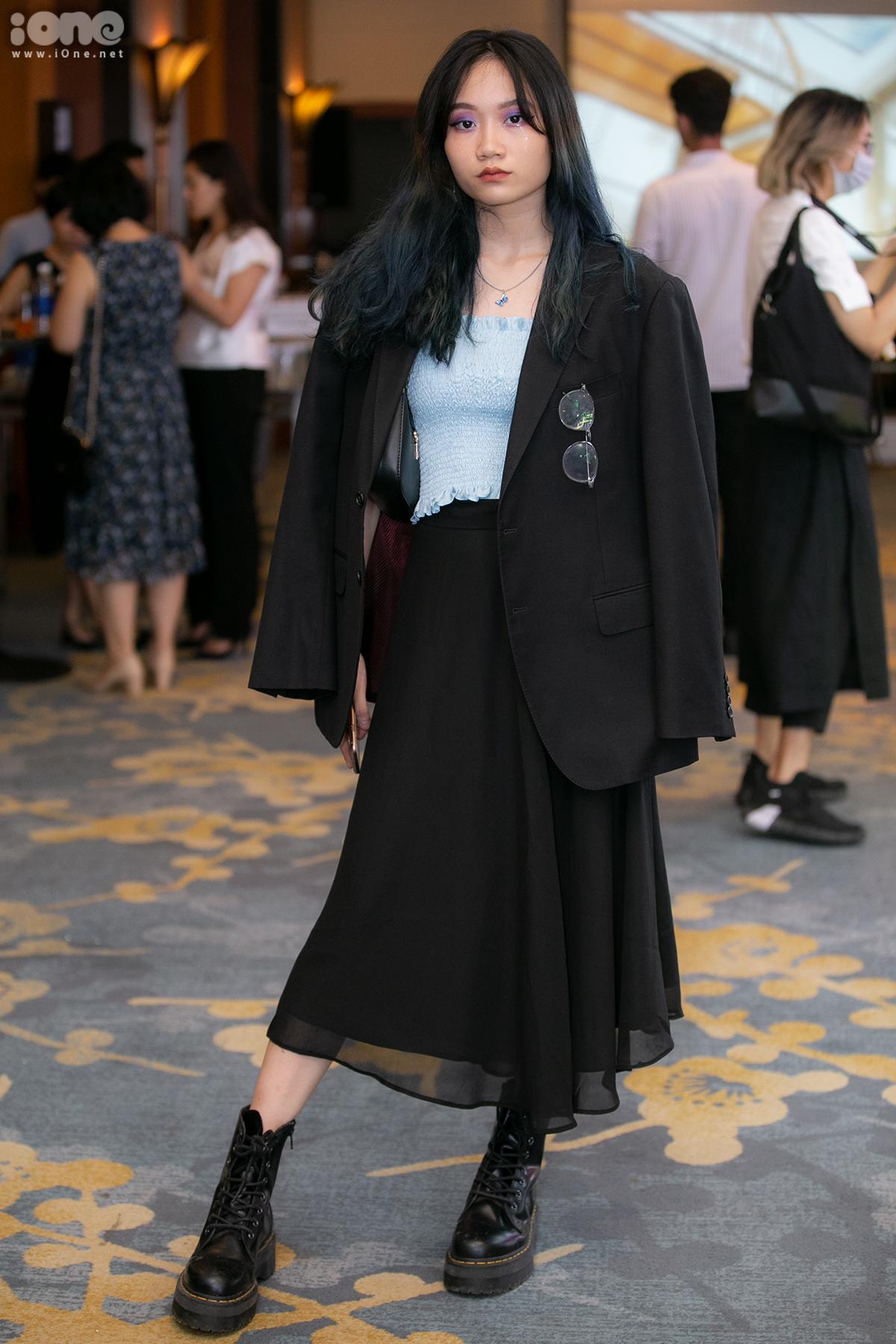 Để mặc cả cây đen không bị dừ, cô bạn này kết hợp áo quây tông xanh pastel tươi sáng.