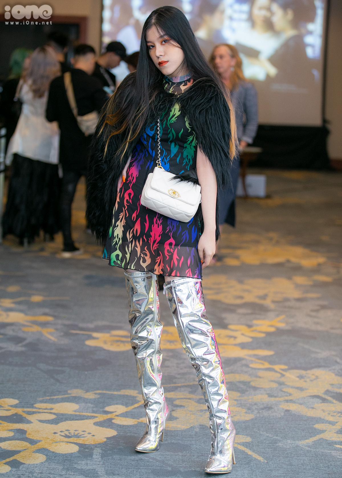 Tố Linh chẳng ngại mặc áo lông thời trang bất chấp thời tiết. Cô bạn còn mix cùng boots metallic sáng lóa chất chơi.