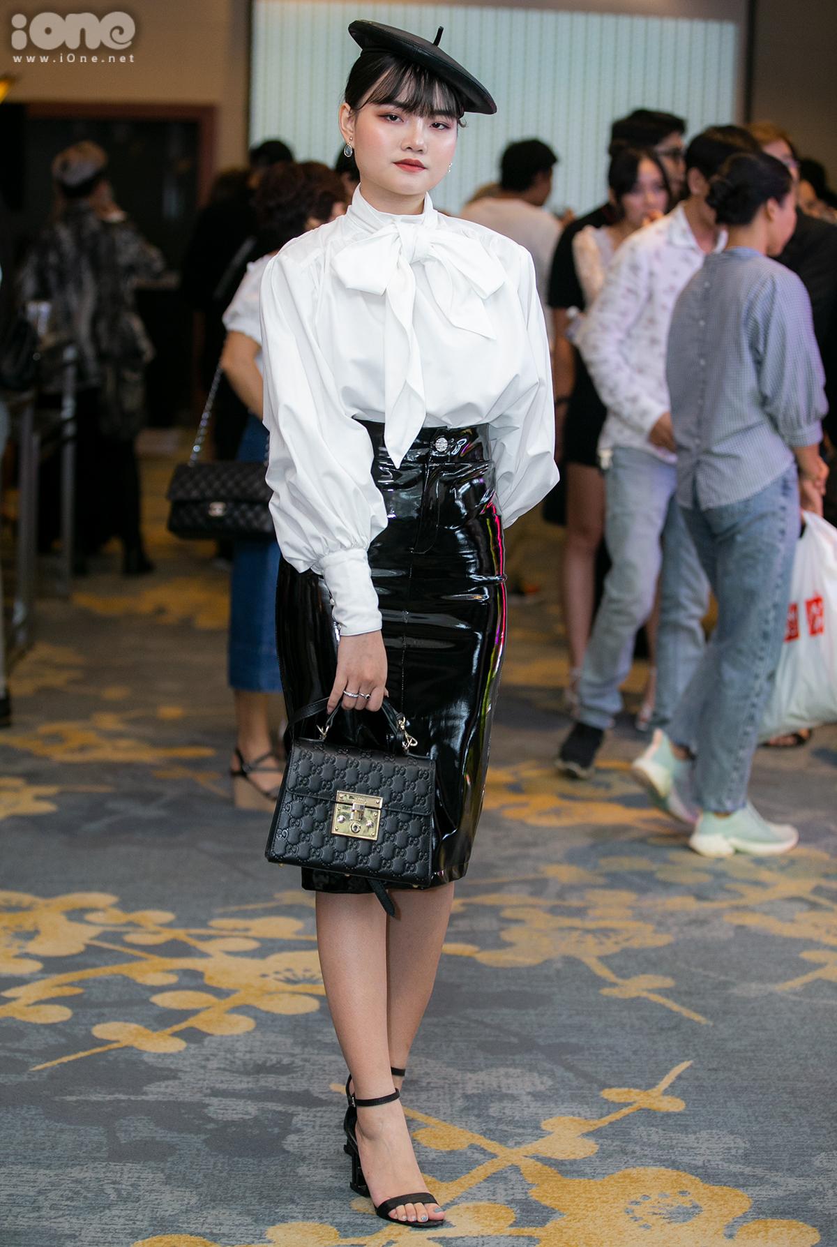 Nguyễn Bùi Mai Anh khác biệt với phong cách kiểu tiểu thư quý tộc. Set đồ sơ mi trắng, chân váy da bóng và mũ beret được cô bạn hoàn thiện bằng chiếc túi Gucci sang trọng.