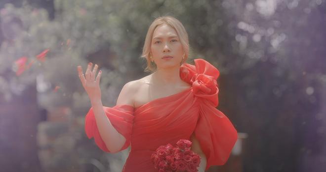 Trang phục của những nhà thiết kế trong nước đồng hành cùng Mỹ Tâm trong những phân cảnh hoa mỹ hơn. Thiết kế váy đỏ lệch vai diêm dúa...