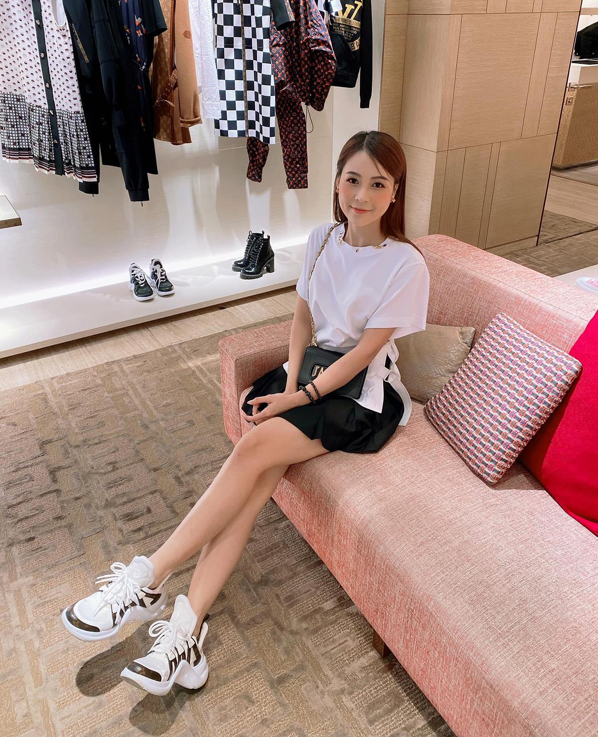 Sam cũng chọn khu vực ghế ngồi để tranh thủ pose hình khoe chân dài trong cửa hàng đẳng cấp của Louis Vuitton.