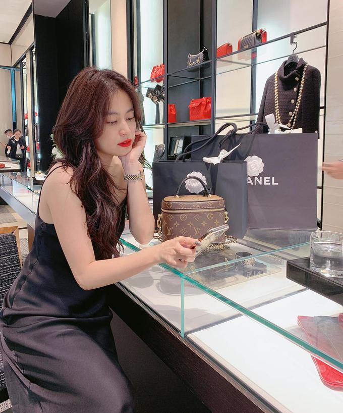 Tranh thủ lúc tính tiền ở cửa hàng Chanel, Hoàng Thùy Linh chụp ảnh khoe nhan sắc, đồng thời khoe khéo những món đồ cô vừa tậu được.