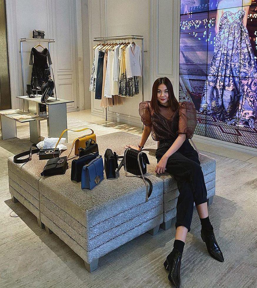 Cửa hàng Dior cũng là điểm chụp hình quen thuộc của chị đẹp. Là khách VIP của hãng, mỗi lần đến store, Thanh Hằng luôn được tiếp đón rất nhiệt tình. Các nhân viên đưa cho cô những mẫu túi mới nhất, vừa để giới thiệu, vừa giúp bức hình sống ảo thêm đẹp.