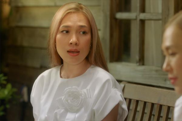 Chị đẹp cũng diện váy Chung Thanh Phong đính hoa thanh lịch.