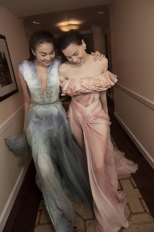 Thiết kế Dương Tử mặc từng được Hà Hồ diện trước đó trong bộ ảnh lên tạp chí Vogue Pháp cùng Thanh Hằng. Với vóc dáng cao ráo và mảnh mai, Hà Hồ giúp tôn lên vẻ đẹp của bộ đầm này.