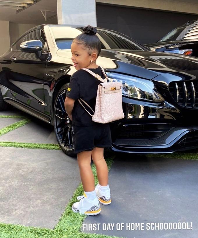 Chiếc cặp 12.000 USD bé Stormi đeo trong ngày đầu đi học.