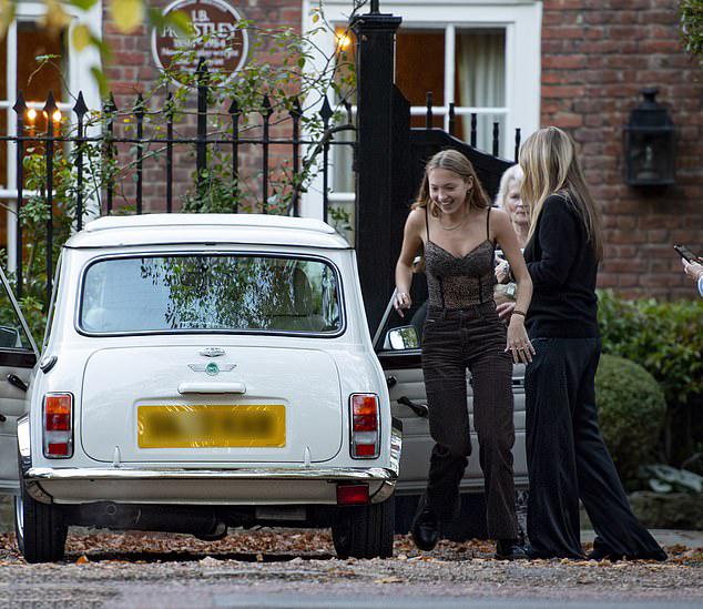 Lila hào hứng khi mẹ Kate tặng xe cũ nhân dịp sinh nhật 18 tuổi. Ảnh: MJ-Pictures.