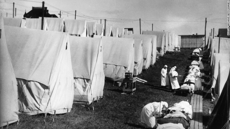 Các y tá chăm sóc nạn nhân của dịch cúm năm 1918 trong lều bạt ngoài trời.