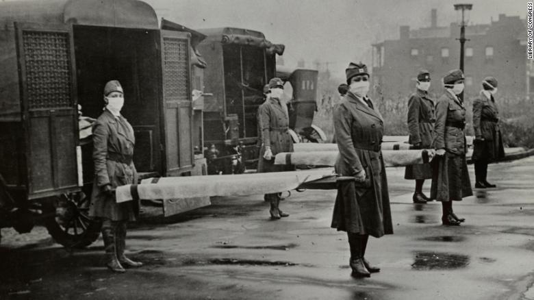Các y tá chuẩn bị cáng cho nạn nhân bị cúm năm 1918.