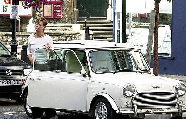 Kate Moss bên chiếc Mini Cooper của cô ở Notting Hill hồi tháng 9/2001.