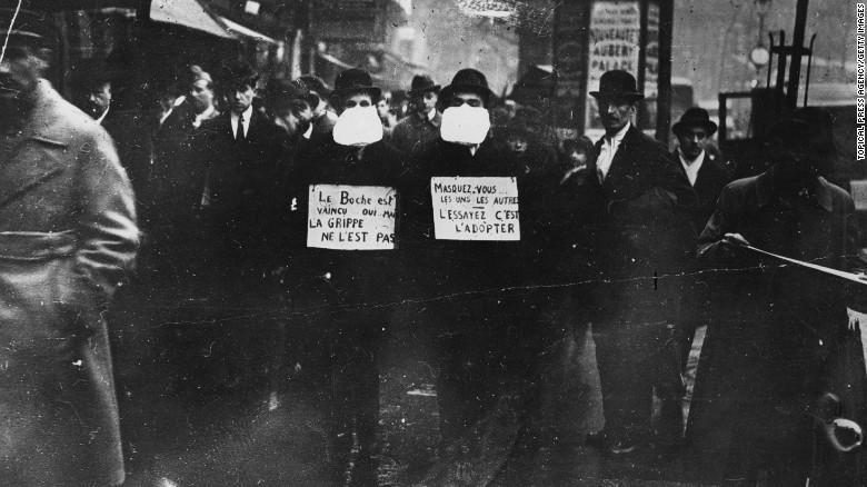 Những người biểu tình ủng hộ việc sử dụng khẩu trang. Ảnh được chụp tại paris vào tháng 3 năm 1919.
