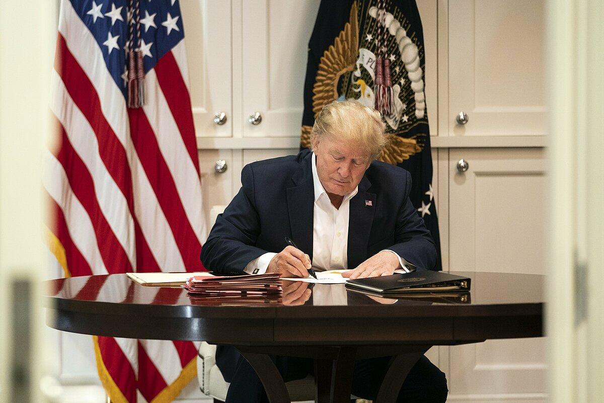 Tổng thống Mỹ Donald Trump làm việc tại Trung tâm Y tế quân đội Quốc gia Walter Reed ở Bethesda, Maryland hôm 3/10. Ảnh: AP.