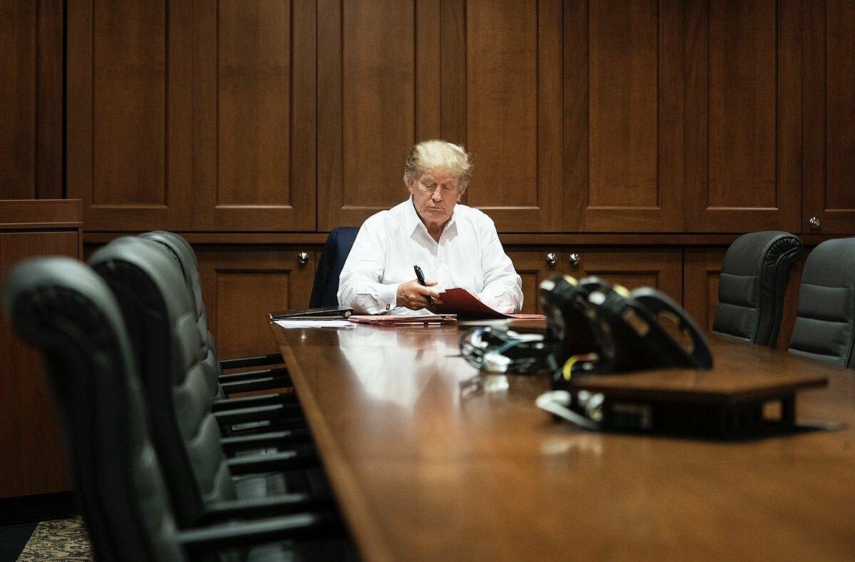 Ivanka- ái nữ nhà Trump- đăng ảnh Tổng thống làm việc ở Walter Reed. Ảnh: Twitter/Ivanka Trump.