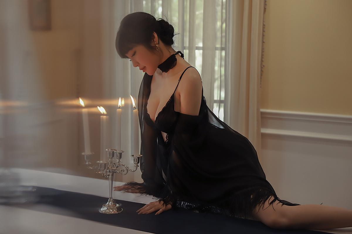 Elly Trần mặc sexy trong MV.