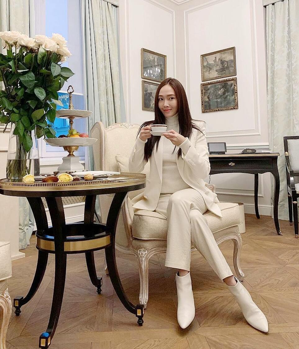 Nhiều sao Hàn với cuộc sống sang chảnh cũng thích dành thời gian cho các tiệc trà. Trên trang cá nhân, Jessica chứng minh độ giàu có bằng những buổi trà chiều liên tục. Phong cách yêu thích của người đẹp khi đi uống trà ăn bánh là đơn giản, thanh lịch, cách lên đồ đậm chất doanh nhân thành đạt.