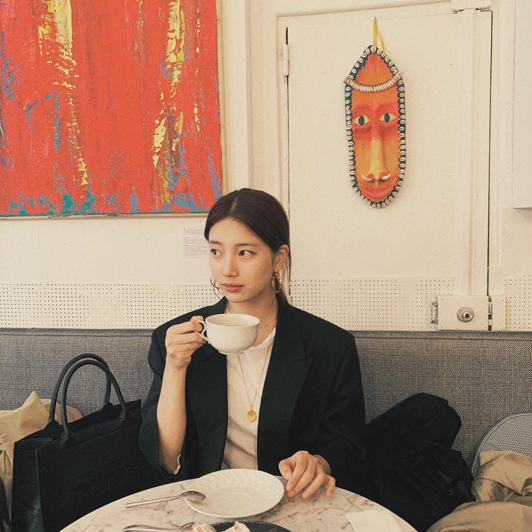 Suzy cũng chọn cách ăn vận đơn giản với blazer và áo phông màu trung tính khi đi uống trà. Phong cách thanh lịch này phù hợp với mọi hoạt động từ đi chơi đến đi sự kiện nên rất được idol Hàn ưa chuộng.