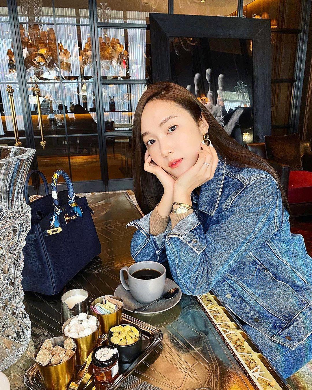 Cũng đeo những chiếc túi xách đắt đỏ, đẳng cấp giống sao Việt nhưng Jessica thích mặc đồ đơn giản hơn hẳn. Cựu thành viên SNSD có thể diện một bộ suit trơn màu hay thậm chí diện đồ jeans năng động.