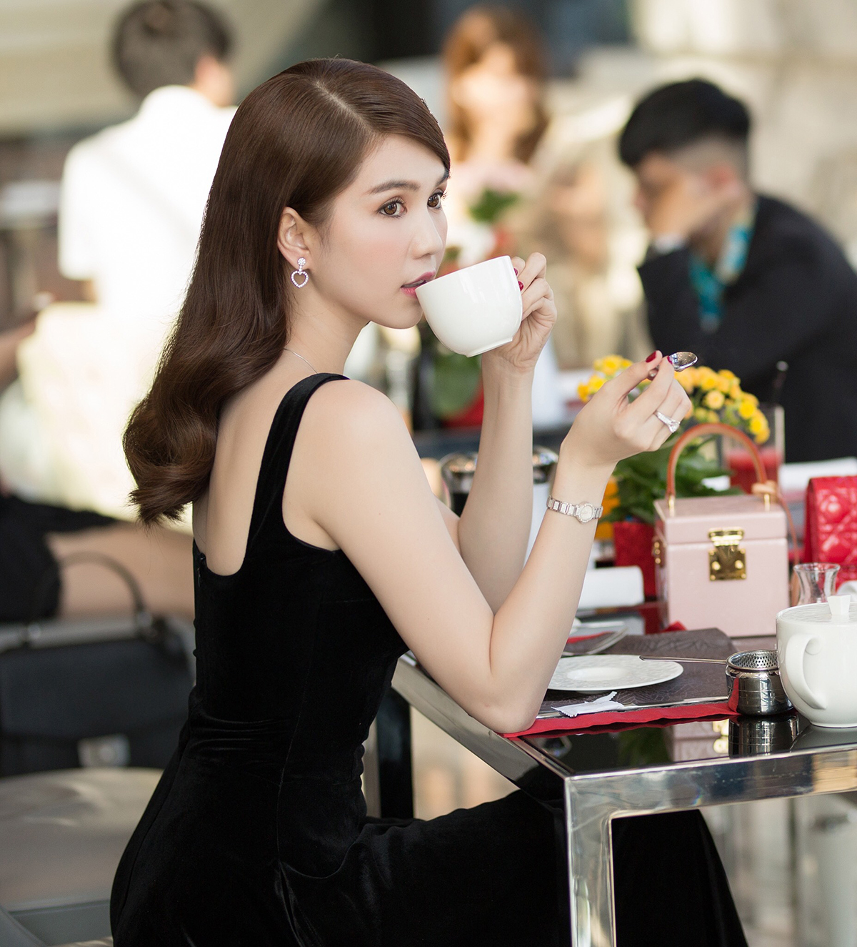 Đi thưởng thức trà bánh vào buổi xế chiều để gặp gỡ bạn bè, đối tác là thú vui thượng lưu của nhiều sao Việt. Tuy chỉ là uống trà nói chuyện, các mỹ nhân vẫn lên đồ cầu kỳ, đầu tư chẳng khác gì dự tiệc tối hay event. Ngọc Trinh giữ thói quen vào khách sạn 5 sao thưởng trà nhiều năm nay, mỗi lần đi trà chiều, cô đều diện những set trang phục trị giá hàng trăm triệu đồng.
