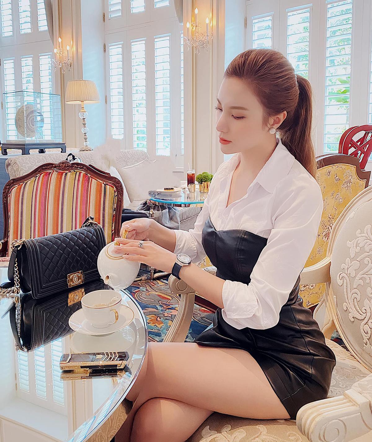 Vì uống trà chiều vốn là thói quen của giới quý tộc, các mỹ nhân Vbiz khi tổ chức những buổi tiệc trà này đều thích cách ăn mặc đậm chất tiểu thư, cho thấy phong cách vương giả và sang chảnh. Hạnh Sino mặc váy da, khoe khéo túi Chanel, đồng hồ Hublot và điện thoại Vertu đúng chuẩn thượng lưu.