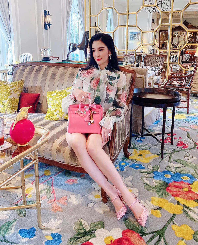Các kiểu váy áo kiểu cách được họ lựa chọn để tôn lên vẻ đẹp kiêu kỳ, nữ tính. Đi kèm theo đó không thể thiếu những chiếc túi xách hàng hiệu sang trọng. Với Ngọc Loan The Face, trà chiều chính là cơ hội để họ khoe những bộ cánh bắt mắt nhất, tất cả đều đến từ những thương hiệu danh tiếng như Dolce & Gabbana, Chanel, Hermes...