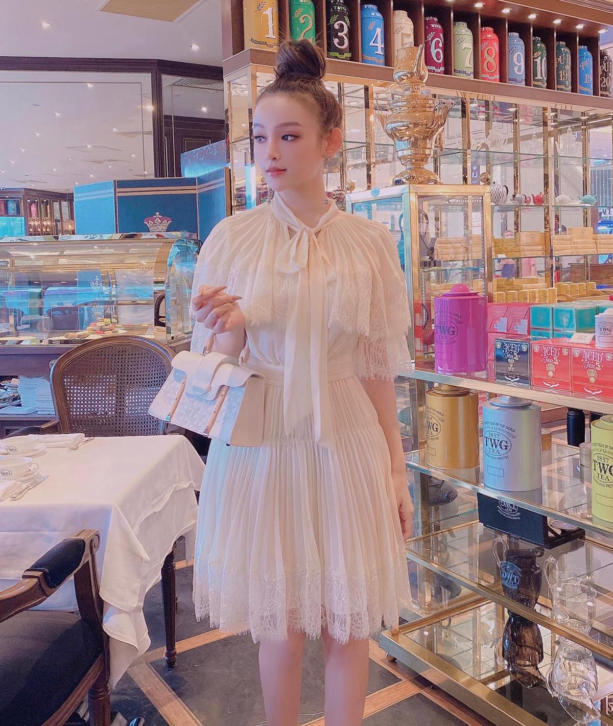 Huyền Baby mỗi lần đi uống trà chiều đều chọn những bộ váy đúng mốt nhất từ các thương hiệu.