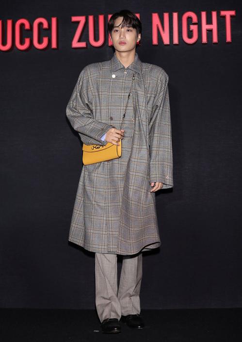 Chuộng phong cách phi giới tính, Kai thường xuất hiện với những trang phục xóa nhòa ranh giới nam - nữ. Dù được khen thần thái high fashion, không ít lần anh chàng cũng đành bó tay trước những trang phục nữ tính quá mức của Gucci.