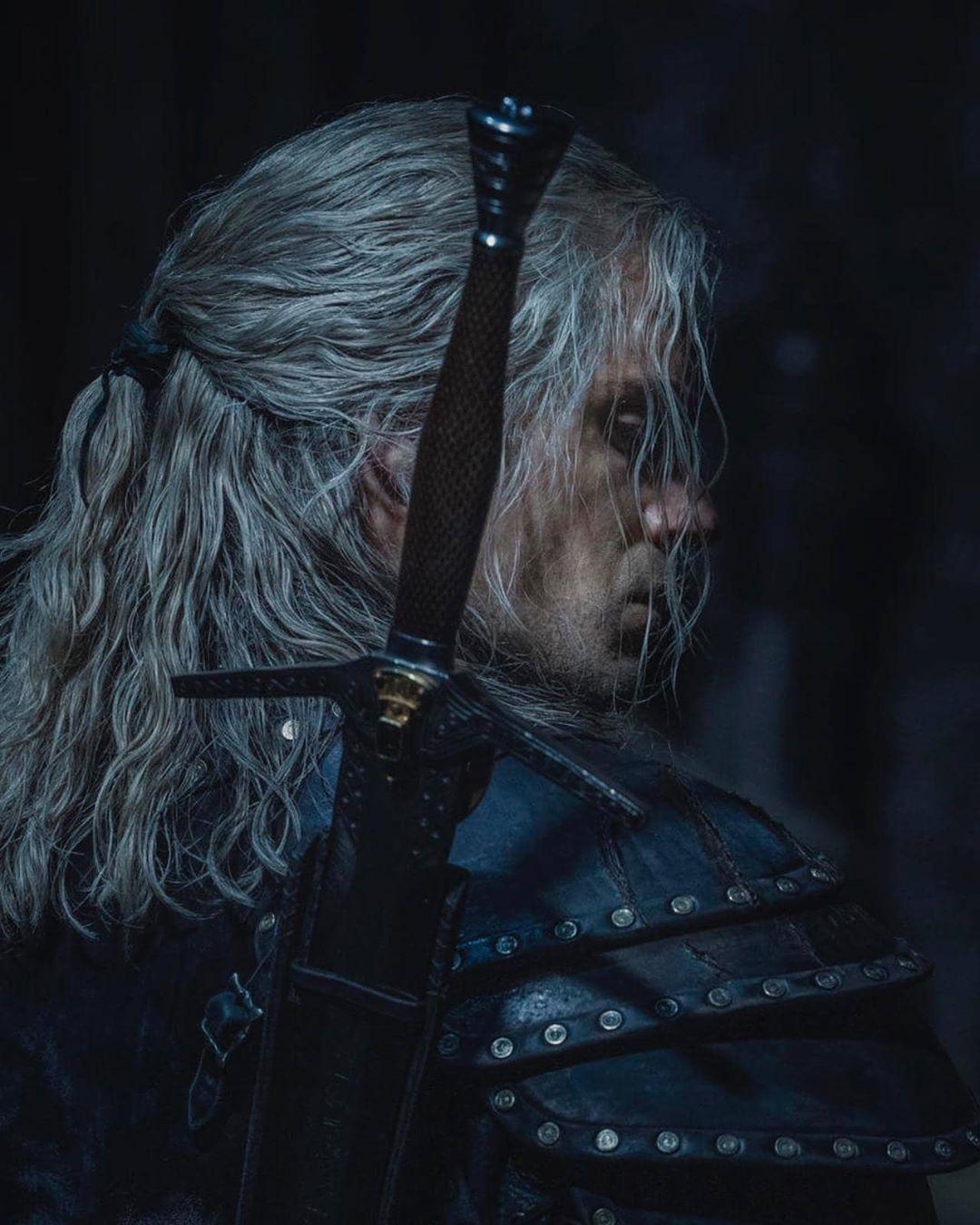 Bom tấn The Witcher tung tạo hình mới của nam thần Henry Cavill - 2