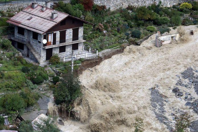 Nước lũ do bão Alex đổ xối xả ở Italy.