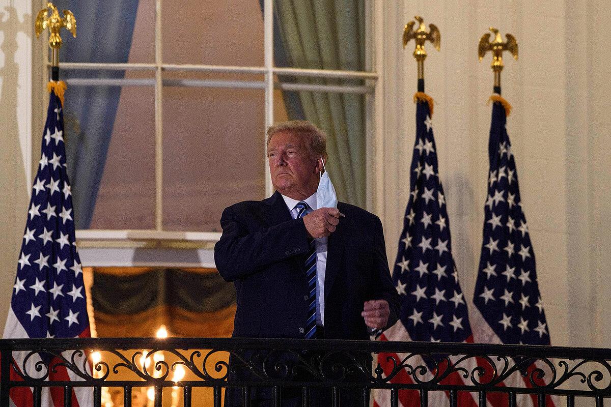 Trump tháo khẩu trang khi ở ban công. Ảnh: AFP.