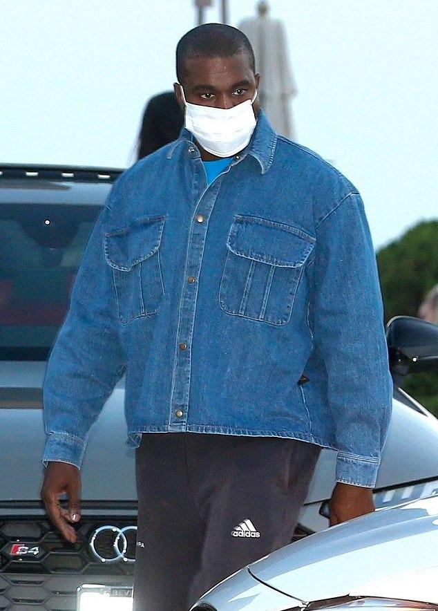 Kanye West đeo khẩu trang đi ăn trưa chiều 5/10, sau khi vợ Kim kể trải nghiệm chăm sóc anh lúc bị nhiễm nCoV.
