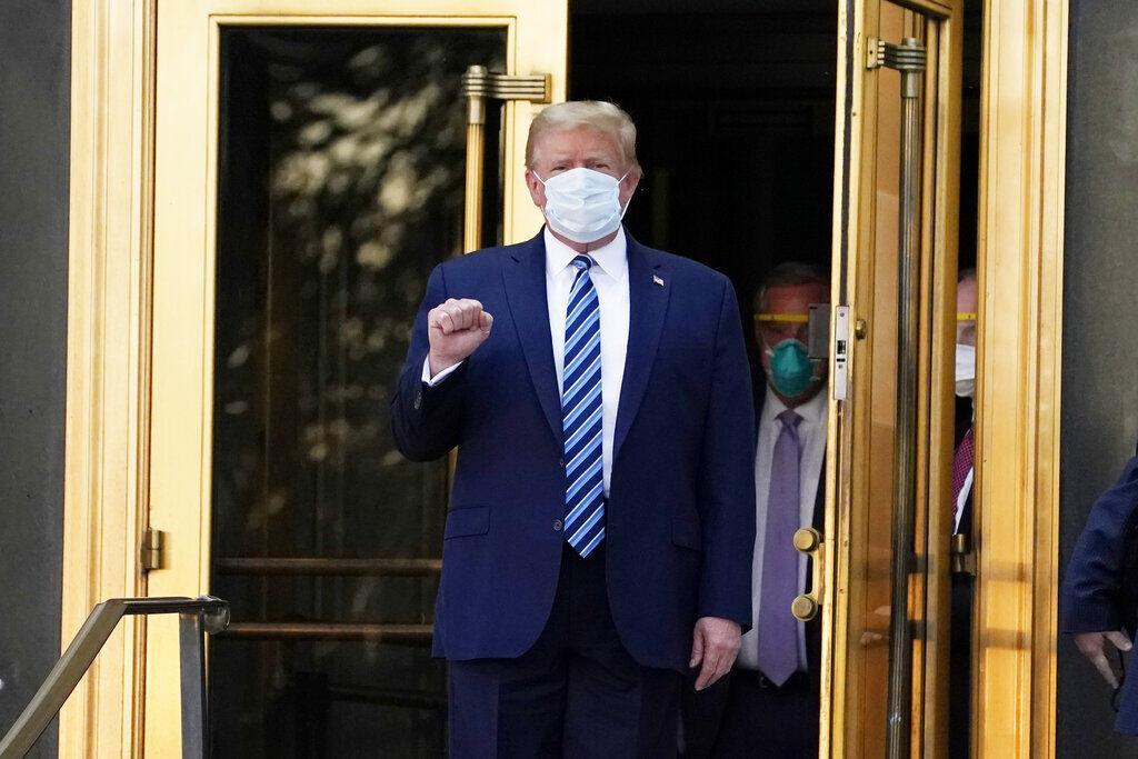 Trump giơ nắm tay. Ảnh: AP.