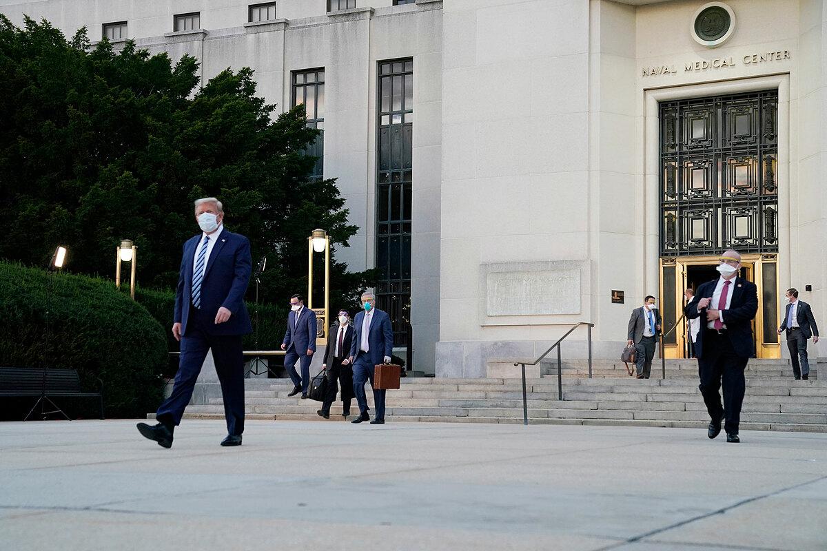 Trump bước ra xe hơi trước cửa trung tâm Y tế quân sự Walter Reed chiều 5/10. Ảnh: AP.