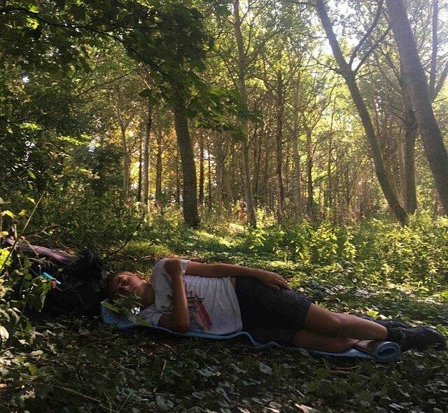 Cậu bé 10 tuổi ngủ trong rừng.