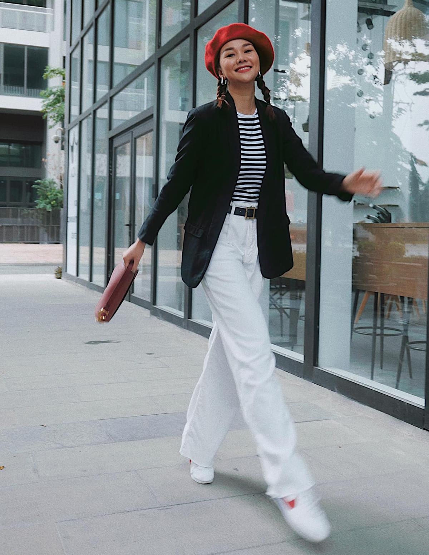 Diện áo phông và quần jeans, Thanh Hằng chỉ cần khoác thêm bên ngoài một chiếc blazer là đủ có set đồ năng động cho ngày thu. Chân dài còn kết hợp với mũ nồi để tăng hiệu quả hack tuổi.