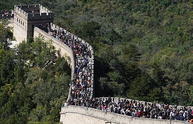 Vạn Lý Trường Thành và Disneyland Thượng Hải chật cứng người ngày 4/10.