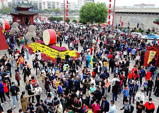 Du khách xếp hàng để vào Kaifengfu, khu du lịch ở Khai Phong, tỉnh Hà Nam.