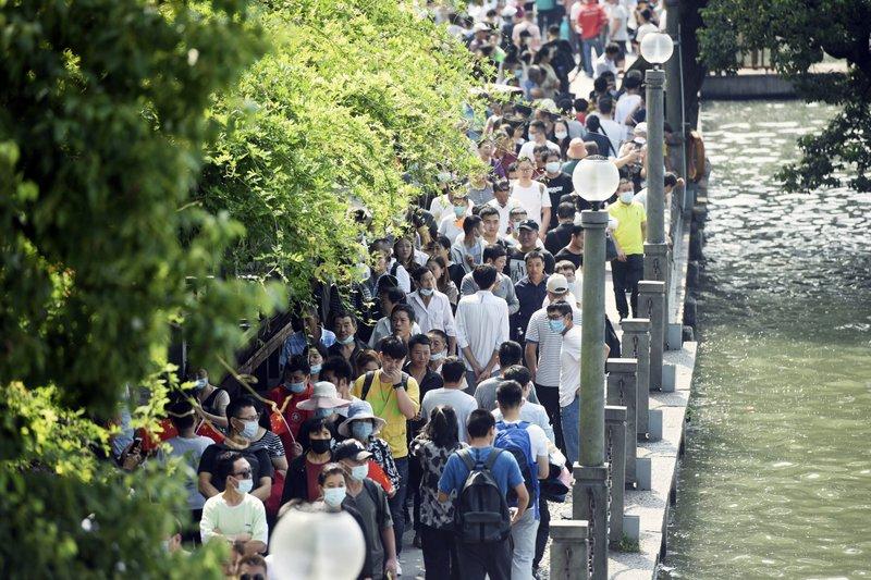 Người dân chen chúc trên cây cầu ở Hàng Châu, Chiết Giang, Trung Quốc ngày 1/10. Ảnh: AP.