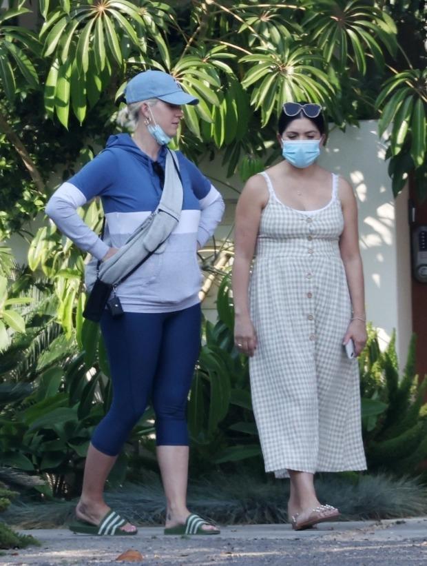 Katy Perry cho chồng ở nhà chăm con, rủ bạn đi mua biệt thự - 1