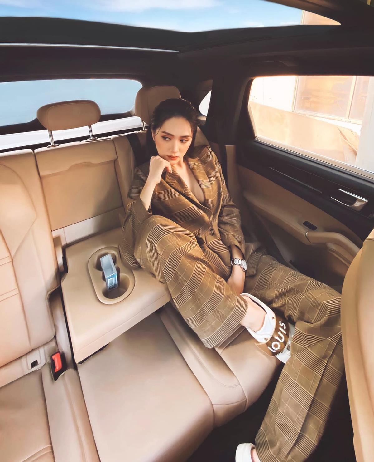 Cùng với ống kính góc rộng, chỉ cần giơ máy lên bấm, Hương Giang đã có bức ảnh khoe street style chất lừ chẳng khác gì kỳ công ra phố. Trên xe, người đẹp cũng cho thấy phong cách thay đổi rất đa dạng.