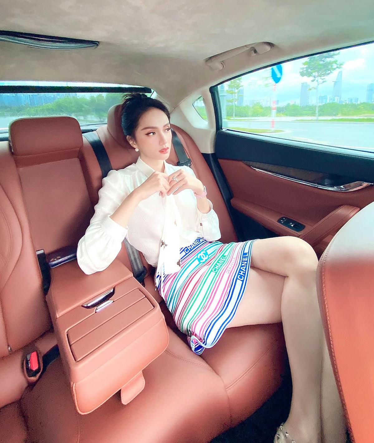 Với Hương Giang, xế hộp không chỉ là phương tiện đi lại mà còn là địa điểm cho cô tha hồ sống ảo. Từ khi sắm chiếc ô tô mới giá hơn 8 tỷ đồng với nội thất cao cấp và không gian rộng rãi, Hoa hậu chuyển giới rất chăm chỉ chụp hình trên xe.