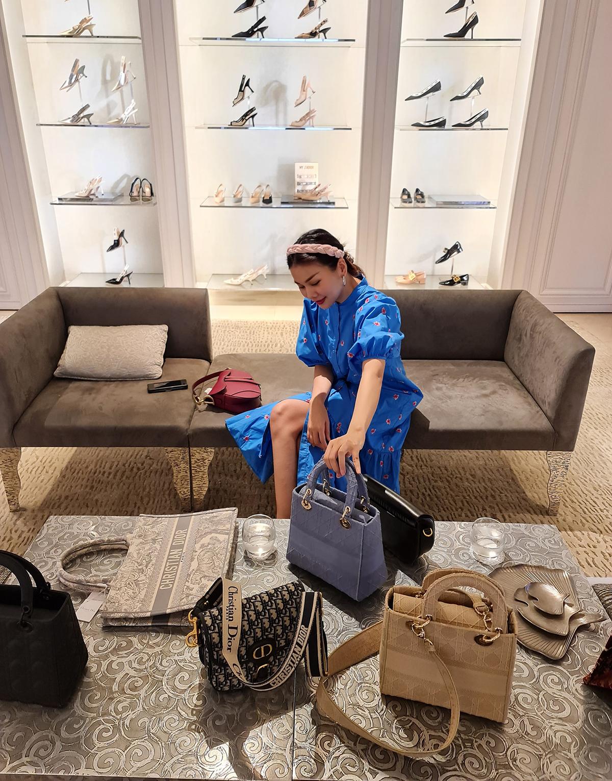 Một trong những cửa hàng yêu thích nhất của Thanh Hằng là Dior. Cô sở hữu nhiều không đếm xuể phụ kiện từ thương hiệu này.