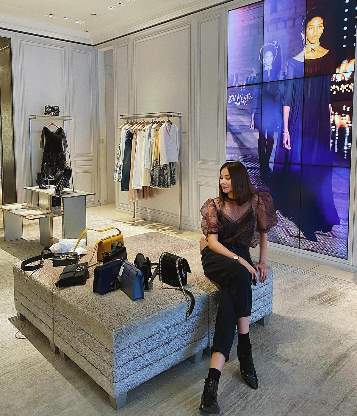 Là một fashionista đích thực, Thanh Hằng đi mua sắm như cơm bữa. Có lúc đang đứng trú mưa, cô cũng tiện thể vào các cửa hàng đồ hiệu để sắm phụ kiện mới. Mỗi lần shopping, siêu mẫu lại tranh thủ chụp hình để khoe ootd.