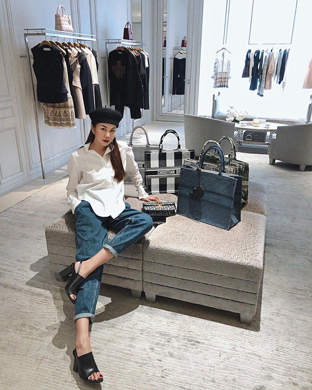 Cuộc sống thượng lưu của Thanh Hằng được thể hiện không chỉ bằng những bộ quần áo thời thượng mà còn thấy rõ trong style chụp hình yêu thích của cô. Đều đặn vài tuần một lần, khán giả lại được thấy cô khoe dáng trong store hàng hiệu.