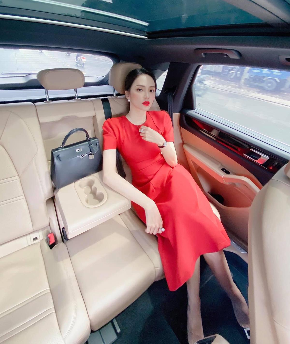 Mỗi ngày đi làm, nữ CEO cũng thay đổi phong cách liên tục. Cô chứng minh đẳng cấp bằng những set đồ trông đơn giản nhưng có giá lên tới cả tỷ đồng.