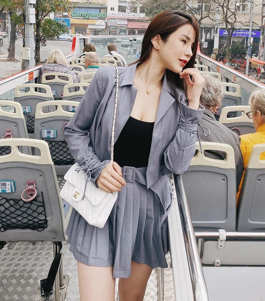 Nhiều sao Việt rất thích diện blazer cùng chân váy ngắn dáng chữ A hoặc xếp ly xòe, biến chiếc áo khoác cứng cáp đậm chất công sở trở nên năng động và xinh xắn.