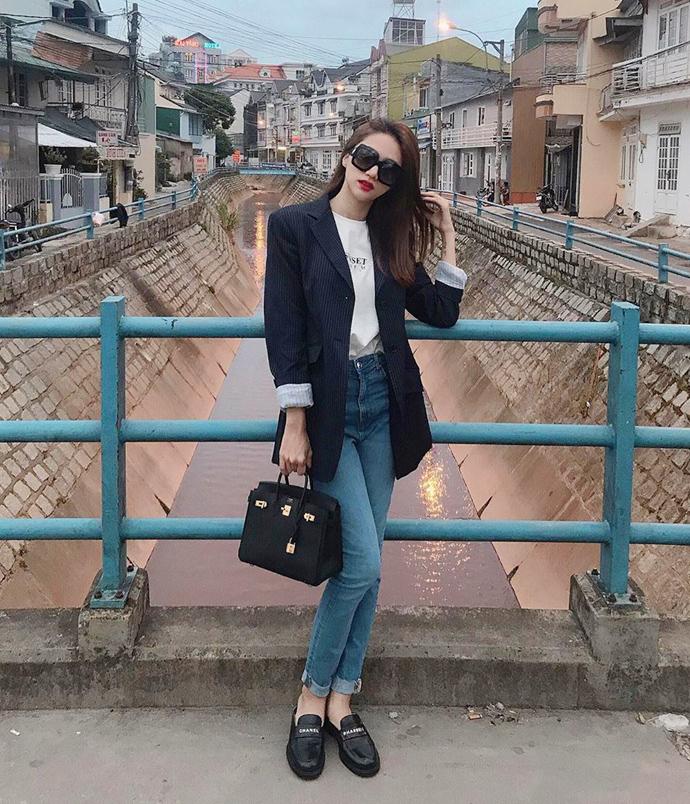 Trong khi blazer là món đồ gắn liền với phong cách công sở, jeans lại đặc trưng cho style đời thường. Hai items tưởng như đối lập nhưng khi phối với nhau lại rất ăn ý. Đây cũng là công thức mix đồ quen thuộc của Hương Giang.