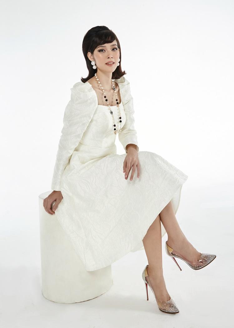 Nhà thiết kế chọn phong cách thời trang cổ điển cho các người mẫu, diễn viên góp mặt trong bộ hình. Diệp Bảo Ngọc mặc đầm độn vai.