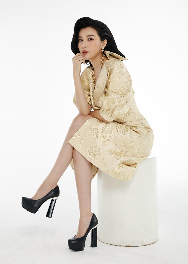 Cao Thái Hà mặc thiết kế được làm từ chất liệu lụa và gấm nhập khẩu Hàn Quốc.